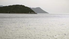 Le vele dell'yacht sul mare archivi video