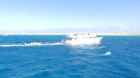 Le vele della barca dietro la nave video d archivio