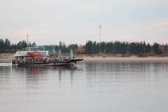 Le vele della nave lungo il fiume Fotografia Stock
