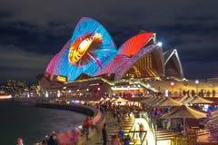 Le vele di Sydney Opera House illuminate da luce colourful nel festival vivo annuale fotografie stock