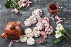Le velours rouge de ` de chocolat froisse des biscuits de ` en sucre en poudre Images stock