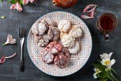 Le velours rouge de ` de chocolat froisse des biscuits de ` en sucre en poudre Images libres de droits