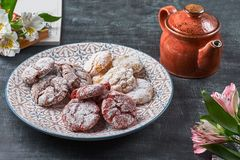 Le velours rouge de ` de chocolat froisse des biscuits de ` en sucre en poudre Photos stock