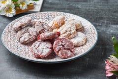 Le velours rouge de ` de chocolat froisse des biscuits de ` en sucre en poudre Photographie stock libre de droits