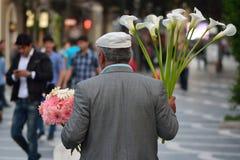 Le vendeur de fleur dans la place de fontaine, Bakou, capitale de l'Azerbaïdjan Photos stock
