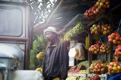 Le vendeur des pommes dans les montagnes de l'Indonésie Images stock