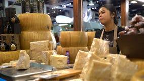 Le vendeur des produits italiens démontre le vinaigre du ` s de collecteur de vieille dame banque de vidéos