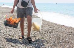 Le vendeur des puces et maïs sur la plage photographie stock