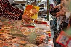 Le vendeur donne à l'acheteur le coeur de pain d'épice Pain d'épice dedans Images libres de droits