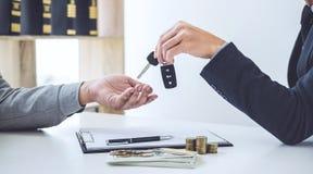 Le vendeur envoient la clé au client après bon accord d'affaire, succès photos libres de droits