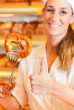 Le vendeur est pain d'emballage dans la boulangerie Photo stock