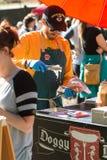 Le vendeur met la choucroute sur le hot-dog au festival d'Atlanta Images stock