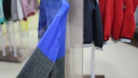 Le vendeur repasse l'habillement par le fer de vapeur dans le magasin clips vidéos