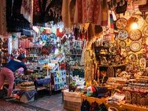 Le vendeur retire les produits traditionnels sur le marché de métier photographie stock libre de droits