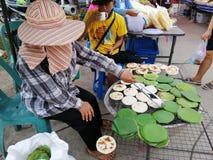 """Le vendeur vend la nourriture locale de """"farine """" Personnes d'Aranyaprathet photographie stock libre de droits"""