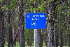 Le vendite blu di una legna da ardere firmano con una freccia direzionale fotografia stock libera da diritti