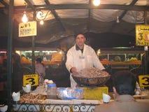 Le vendite dell'alimento delle lumache si levano in piedi, Marrakesh, Marocco Fotografia Stock
