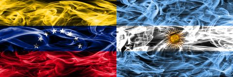 Le Venezuela contre les drapeaux colorés de fumée de concept de l'Argentine placés côte à côte illustration libre de droits