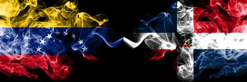 Le Venezuela contre les drapeaux mystiques fumeux de la République Dominicaine placés côte à côte Drapeaux soyeux colorés de fumé illustration de vecteur
