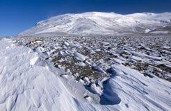 Le vent a balayé la neige divisée au-dessous du glacier de temple et du Hofsjokull, Islande. Photographie stock libre de droits