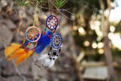 Le vent est développé par les dreamcatchers suspendus sur un arbre Photos libres de droits