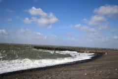 Le vent orageux fait une belle mer images libres de droits