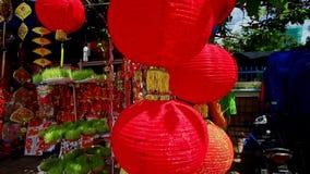Le vent secoue de grandes lanternes chinoises sur le marché en plein air dans la ville clips vidéos
