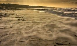 le vent souffle le sable à la plage Photos libres de droits