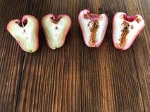 Le ver dans la pomme s'est levé À moitié Apple Rose sur le fruit de table, doux et aigre en bois Fruit sain et de r?gime image libre de droits