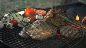 Le verdure arrostite rinforzano la bistecca della coscia di pollo ed i funghi arrostiti dello zucchini dell'hamburger sul ristora video d archivio