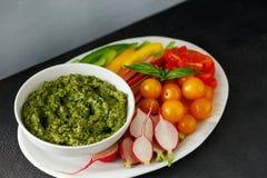 Le verdure crude della salsa di pesto fanno un spuntino l'alimento sano vegetariano Immagini Stock Libere da Diritti