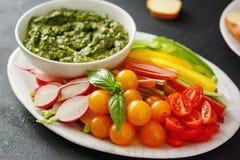Le verdure crude fanno un spuntino l'alimento sano vegetariano della salsa di pesto Fotografia Stock Libera da Diritti