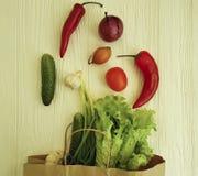 Le verdure organiche hanno ordinato il pranzo dell'alimento salutare del mercato della cipolla su un raccolto di legno bianco del Immagini Stock Libere da Diritti