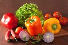 Le verdure sane pepano i peperoncini rossi della cipolla dell'insalata del pomodoro sulle sedere rustiche Immagini Stock