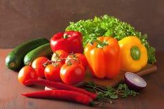 Le verdure sane pepano i peperoncini rossi della cipolla dell'insalata del pomodoro sulle sedere rustiche Fotografie Stock