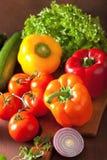 Le verdure sane pepano la cipolla dell'insalata del pomodoro su backgroun rustico Immagine Stock