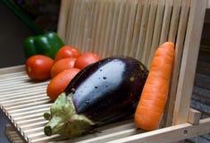 Le verdure si asciugano sullo scaffale di legno Immagini Stock