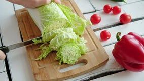 Le verdure si trovano su una tavola su un tagliere stock footage