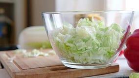 Le verdure si trovano su una tavola su un tagliere archivi video