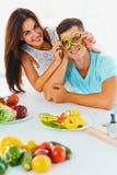 Le verdure sono divertimento La donna sta tenendo le fette di pepe prima del Th Immagini Stock