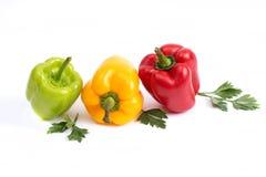 Le verdure su fondo bianco Peperoni dolci verdi e rossi su un fondo bianco Peperoni dolci rossi e verdi su una parte posteriore b immagini stock libere da diritti