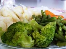 Le verdure sul piatto fotografia stock