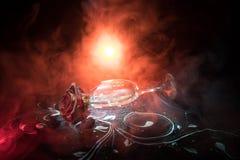 Le verre à vin cassé et fané s'est levé sur le fond foncé Une rose de fanage signifie l'amour perdu, divorce, ou de mauvaises rel Photo stock