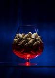 Le verre à vin est sur la table en verre photo stock