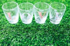 Le verre a écrit à amour la configuration latérale sur l'herbe Images stock