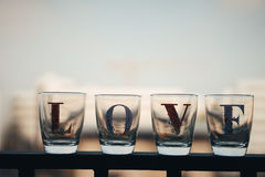 Le verre a écrit des mots d'endroit d'amour sur un balcon dans des tons de vintage Photos libres de droits