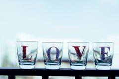 Le verre a écrit des mots d'endroit d'amour sur un balcon dans des tons de vintage Photos stock
