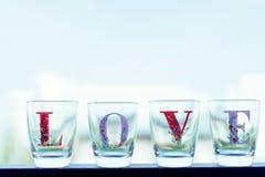 Le verre a écrit des mots d'endroit d'amour sur un balcon dans des tons de vintage Photo libre de droits