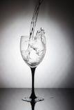 Le verre avec éclabousse de l'eau potable propre Photographie stock libre de droits
