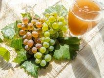 Le verre avec soufrent et des raisins photo libre de droits